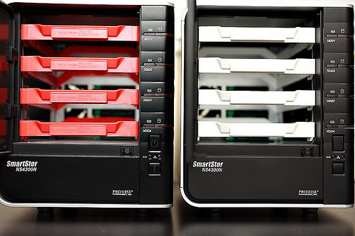 Immagine di due NAS Promise SmartStor NS4300N